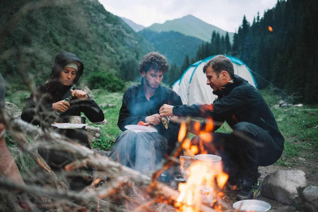 bivouac feu de camp au Kirghizistan équipe OunTravela