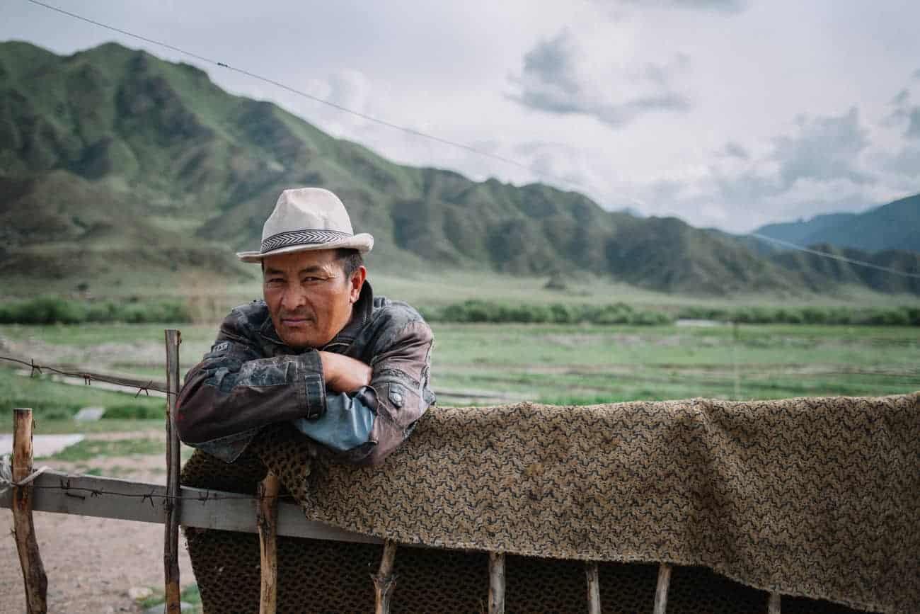 nomade kirghizistan avec son chapeau