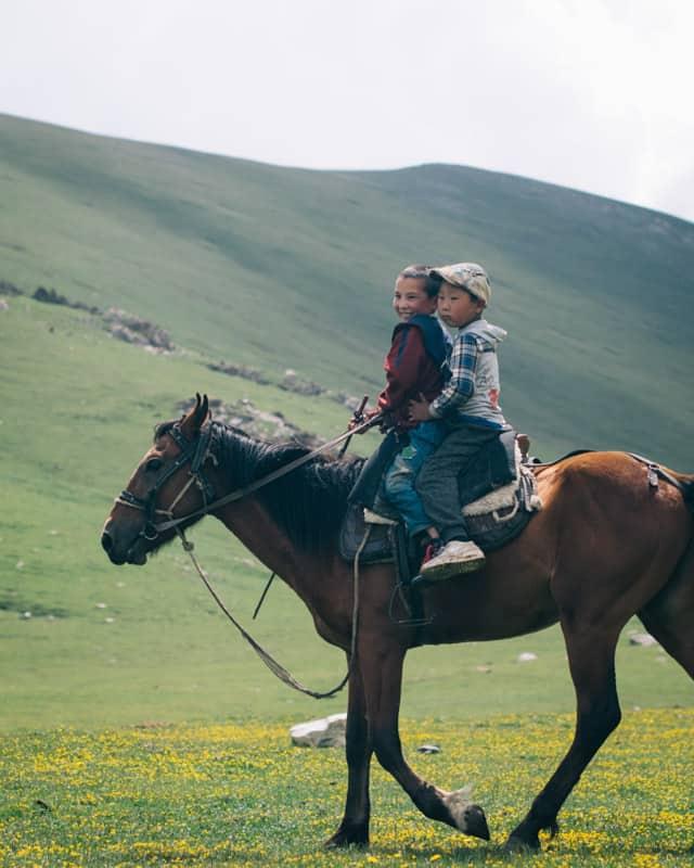 cheval Kirghizistan step 2 enfants dessus