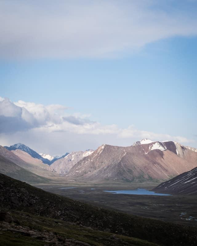 La vue magnifique depuis le col de Tossor au Kirghizistan