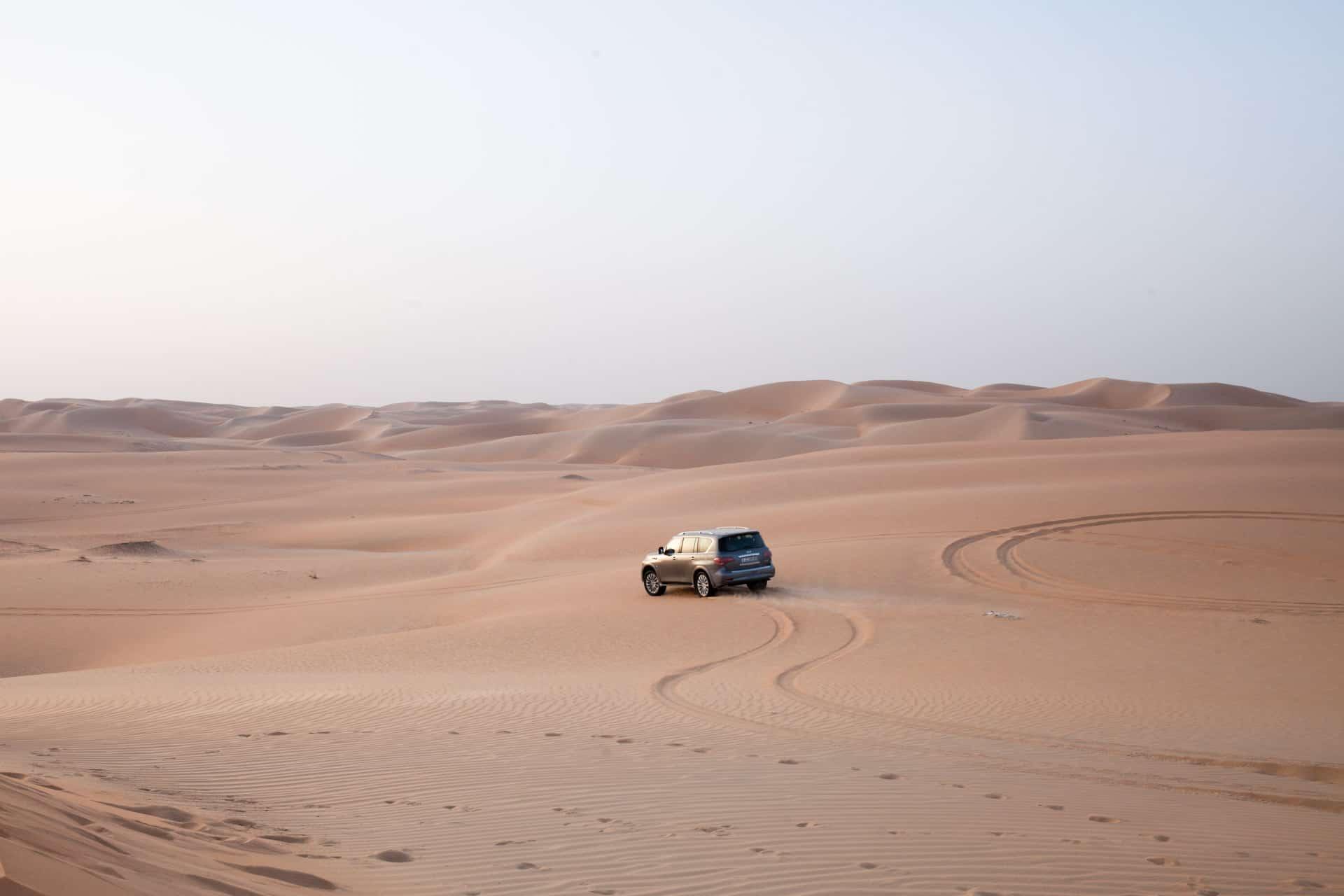 Conduire un 4x4 dans le sable et les dunes aux émirats