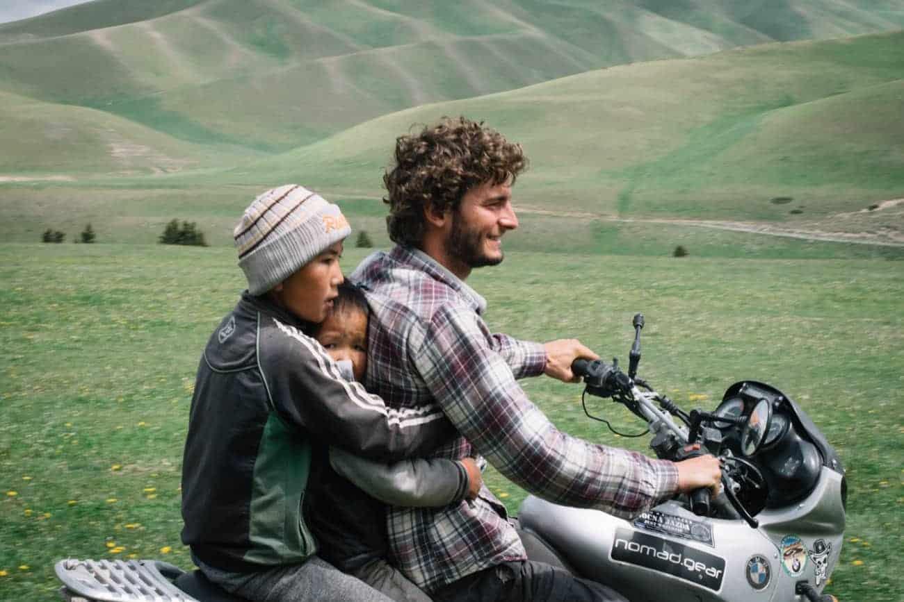 Victor Michaud et sa moto au Kirghizistan