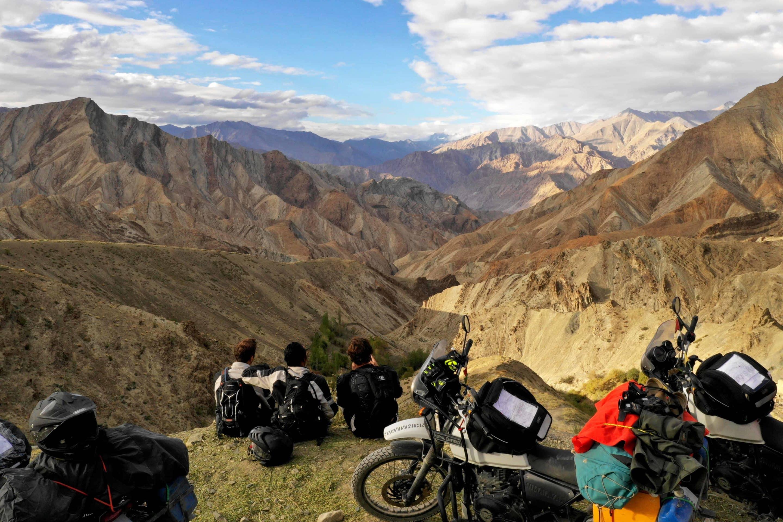 road trip moto au ladakh photo de drone sur les montagnes