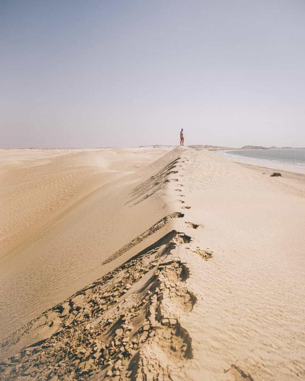 dunes de sable blanc sugar à Oman qui terminent dans la mer