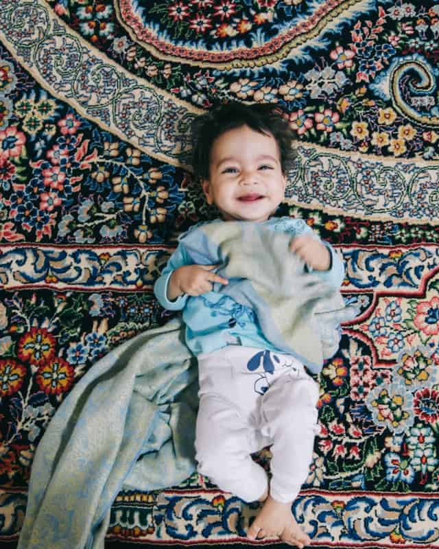 enfant souriant tapis perse iran