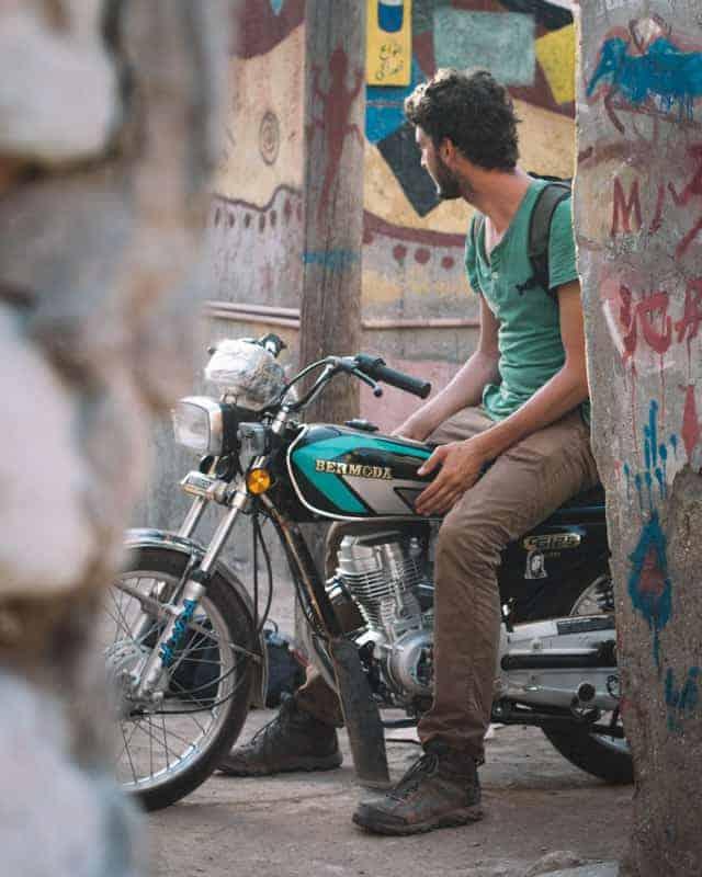 Road trip moto dans le village de Hormuz