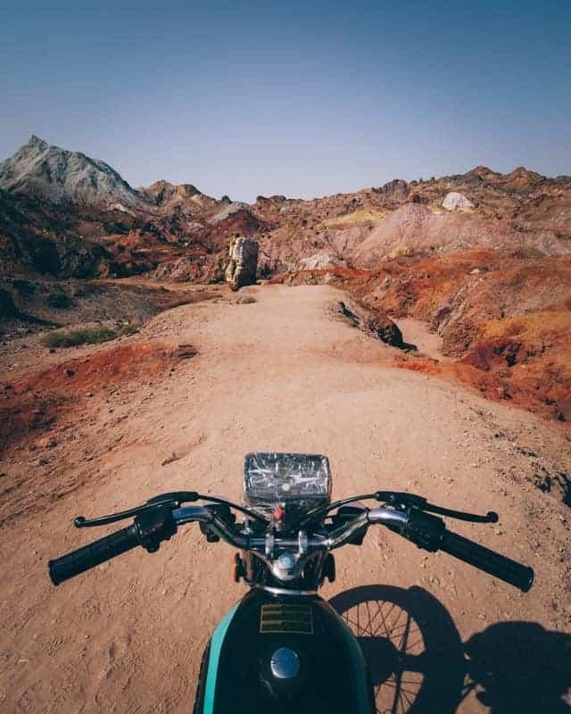 location d'une moto pour visiter Hormuz multicolor