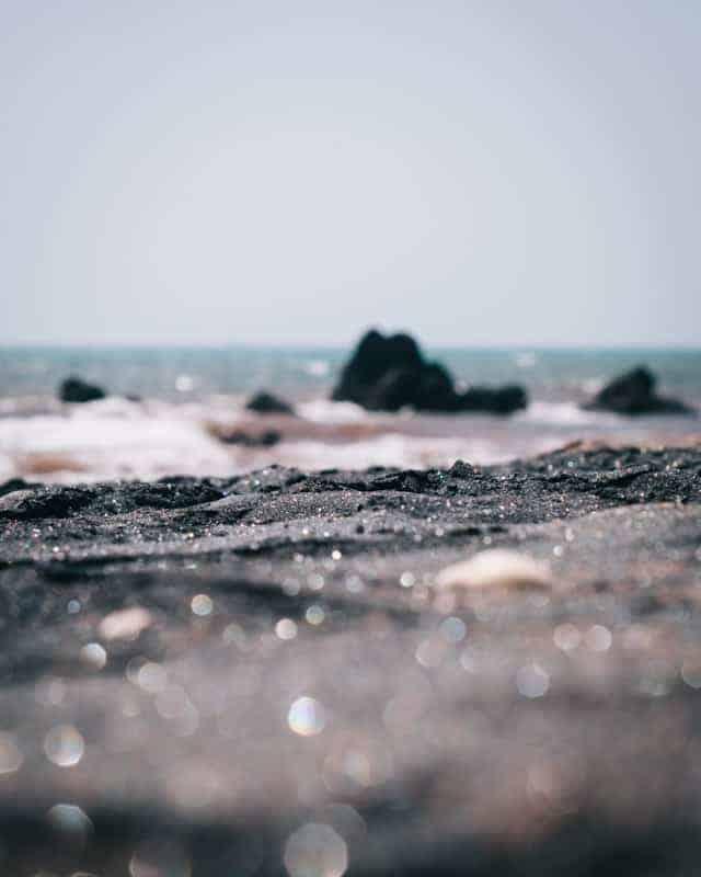 sable noir brillant sur une plage de l'île de hormuz
