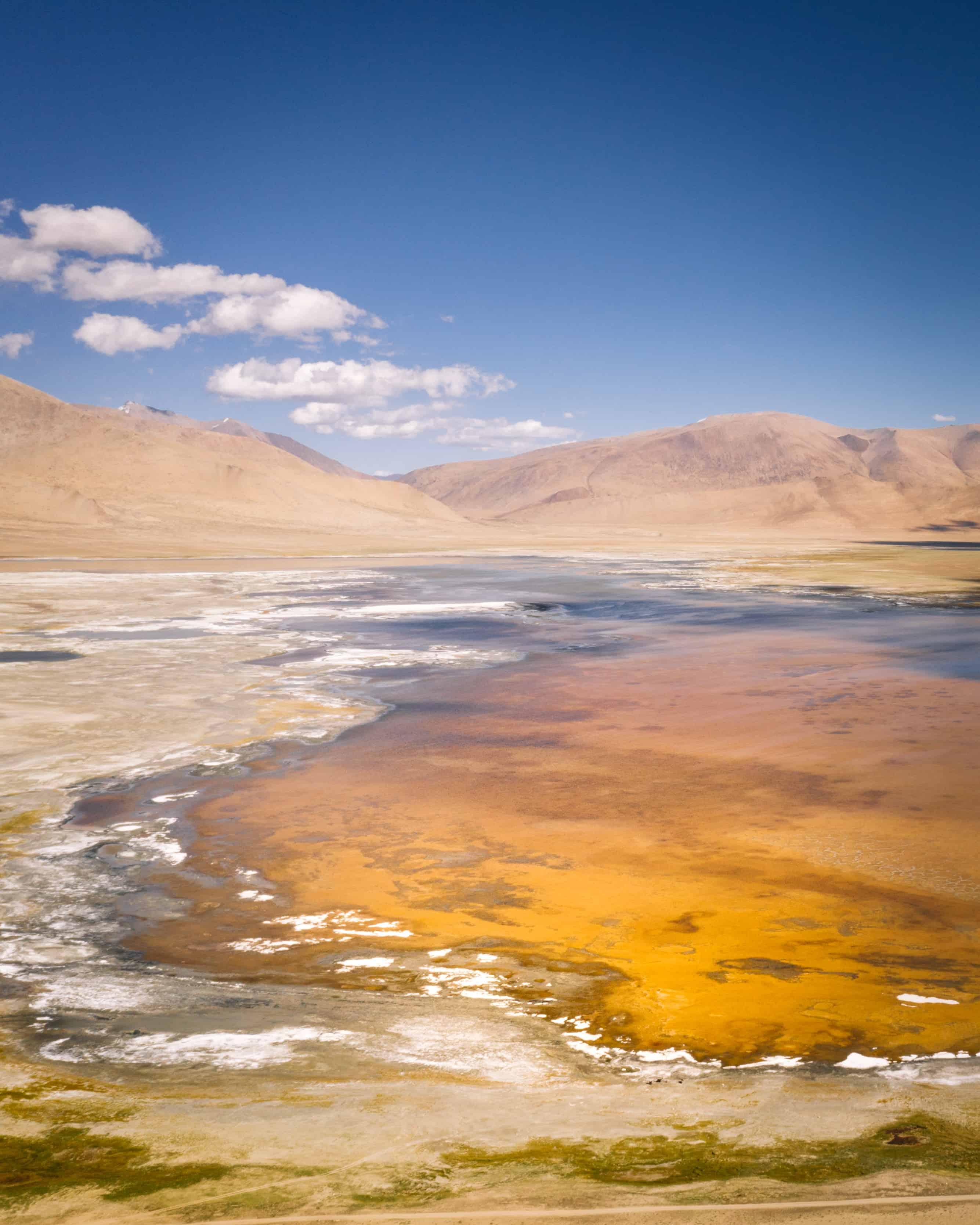 le lac rouge Tso Kar au Ladakh Inde avec ses îlots blancs
