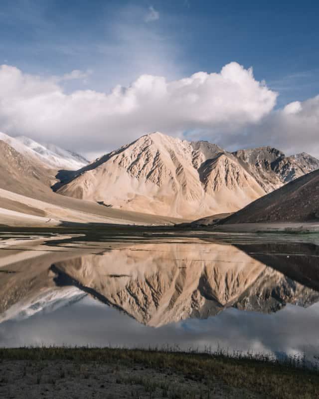 Reflet de la montagne dans le lac Pangong au Ladakh (Inde)