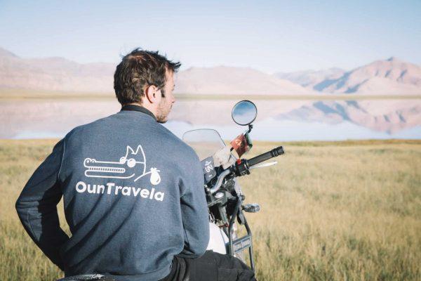 Antoine Pupin avec le pull OunTravela sur une Royal Enfield Himalayan au Ladakh