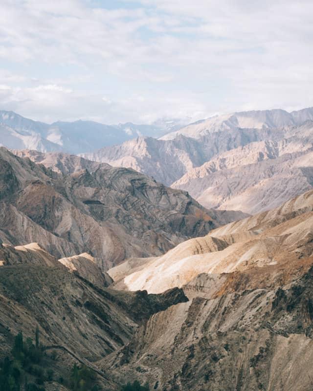 montagne infinie magnifique au Ladakh vallée Sham pendant notre road trip moto