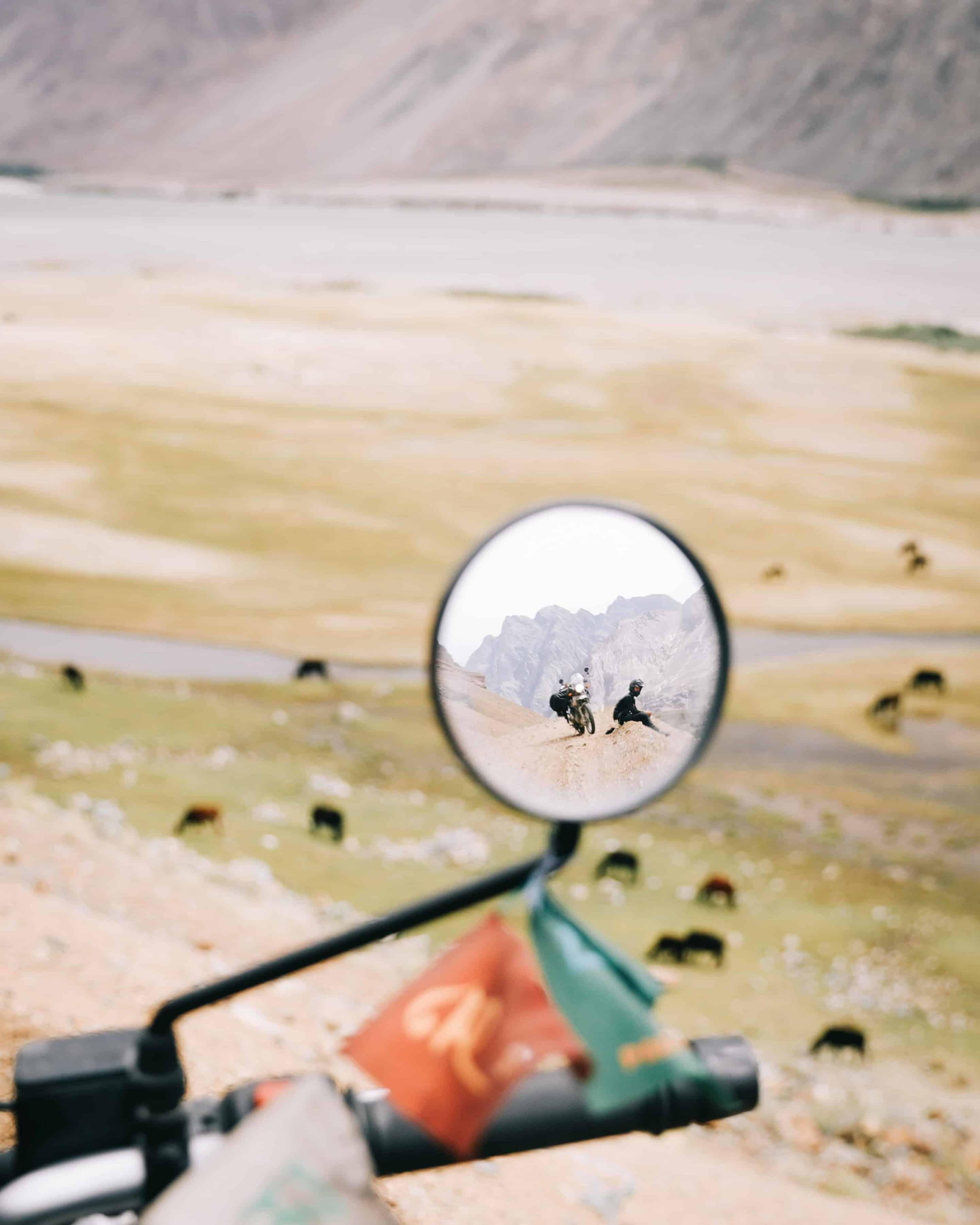 Royal Enfield philosophie du petit sentier Ladakh pensif