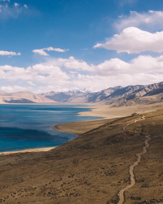 lac Pso Moriri drone bleue foncé piste moto