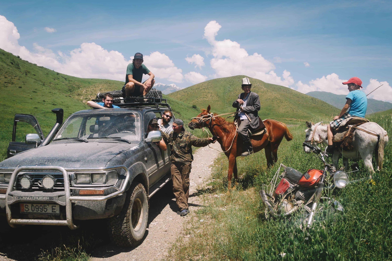 4x4 moto cheval au Kirghizistan rencontre population nomade